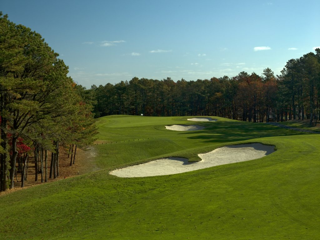 Hampton Hills Golf and Country Club - Approach to green with 3 sand traps